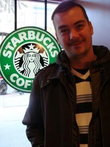 Собственно я в Старбаксе, о чем позади меня зеленая эмблемка свидетельсвует!
